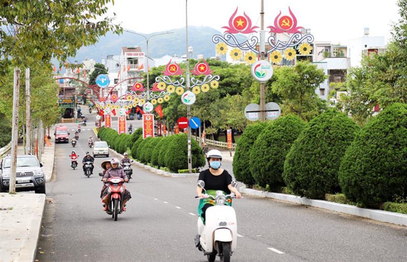 Đường phố Bảo Lộc rực rỡ cờ hoa chào mừng Đại hội Đảng bộ tỉnh Lâm Đồng