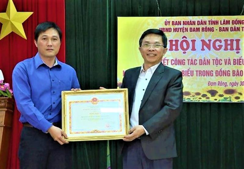 ông Đặng Trí Dũng - Ủy viên Ban Thường vụ Tỉnh ủy - Phó Chủ tịch UBND tỉnhtrao bằng khen