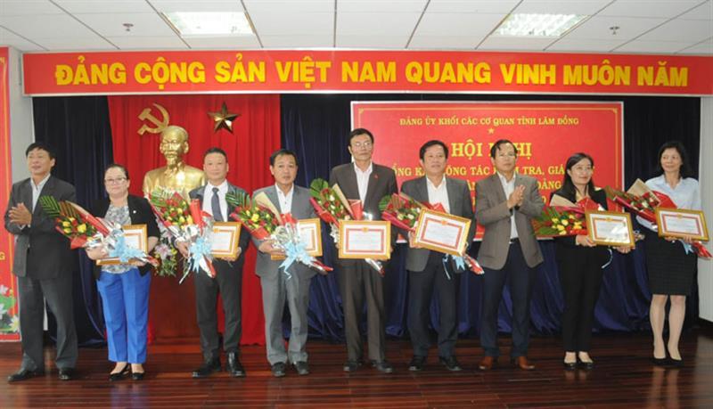 Ban Thường vụ Đảng ủy Khối Các cơ quan tỉnh Lâm Đồng tặng Giấy khen cho các tập thể, cá nhân đạt thành tích xuất sắc trong công tác kiểm tra, giám sát, nhiệm kỳ 2015 - 2020