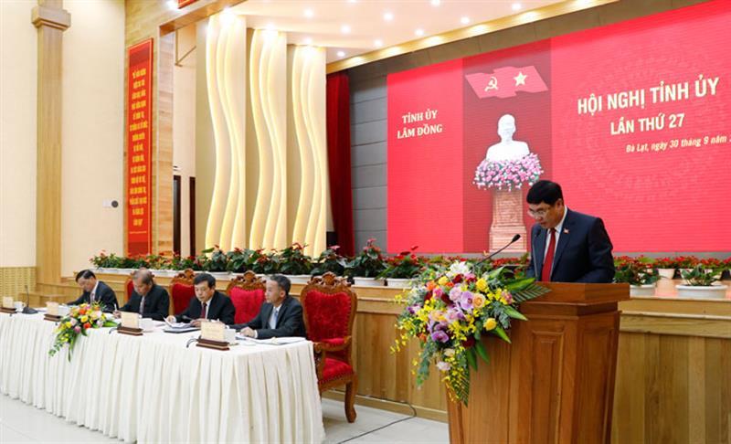Chánh Văn phòng Tỉnh uỷ Lâm Đồng Trần Đình Văn báo cáo về công tác chuẩn bị Đại hội Đảng bộ tỉnh nhiệm kỳ 2020 - 2025