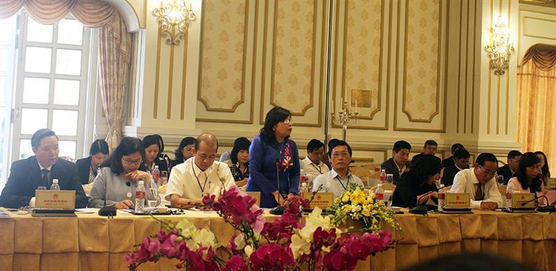 Các đại biểu đại diện HĐND các tỉnh, thành Đông Nam Bộ nêu ý kiến và kinh nghiệm trong giải quyết bức xúc của người dân. Ảnh: N.Thu