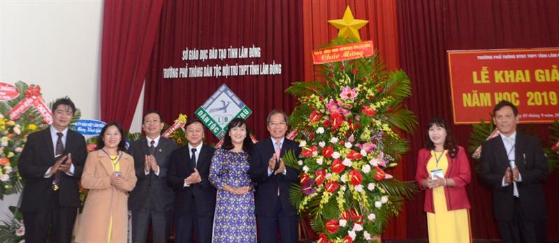Đồng chí Nguyễn Xuân Tiến - UVTW Đảng, Bí thư Tỉnh ủy tặng lẵng hoa chúc mừng khai giảng tại Trường PT Dân tộc nội trú THPT tỉnh Lâm Đồng. Ảnh: TUẤN HƯƠNG