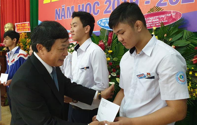 Đồng chí Đoàn Văn Việt - Phó Bí thư Tỉnh ủy, Chủ tịch UBND tỉnh Lâm Đồng, Trưởng Đoàn ĐBQH đơn vị tỉnh Lâm Đồng, trao học bổng cho học sinh tại Trường THPT Chuyên Bảo Lộc. Ảnh: ĐÔNG ANH