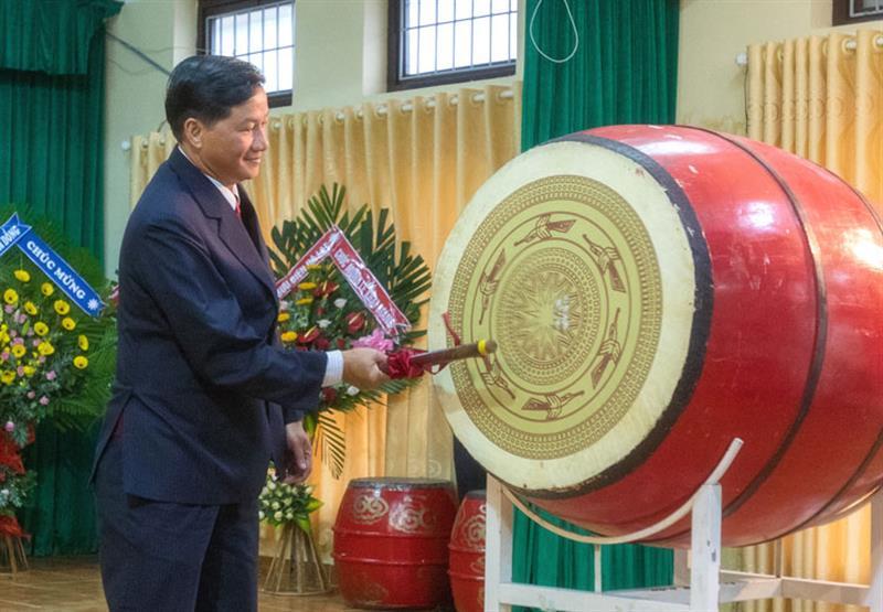 Phó Bí thư Thường trực Tỉnh ủy đánh trống khai mạc năm học mới. Ảnh: NGUYÊN THI