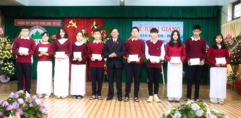 Phó Bí thư Thường trực Tỉnh ủy trao 10 xuất học bổng của UBND tỉnh cho 10 học sinh vượt khó vươn lên trong học tập. Ảnh: NGUYÊN THI