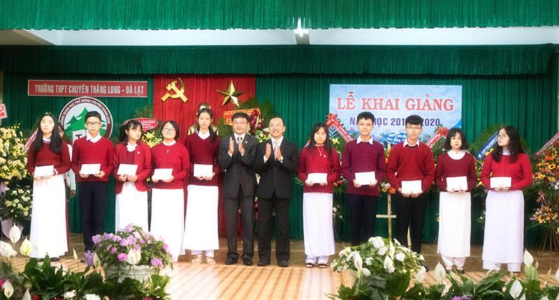 Lãnh đạo thành phố Đà Lạt và Sở Giáo dục và Đào tạo trao thưởng cho 10 học sinh đạt điểm cao nhất kỳ thi tuyển sinh vào lớp 10 trường chuyên. Ảnh: NGUYÊN THI