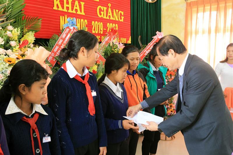 Đồng chí Nguyễn Trọng Ánh Đông trao học bổng cho học sinh nhà trường. Ảnh: VÕ TRANG