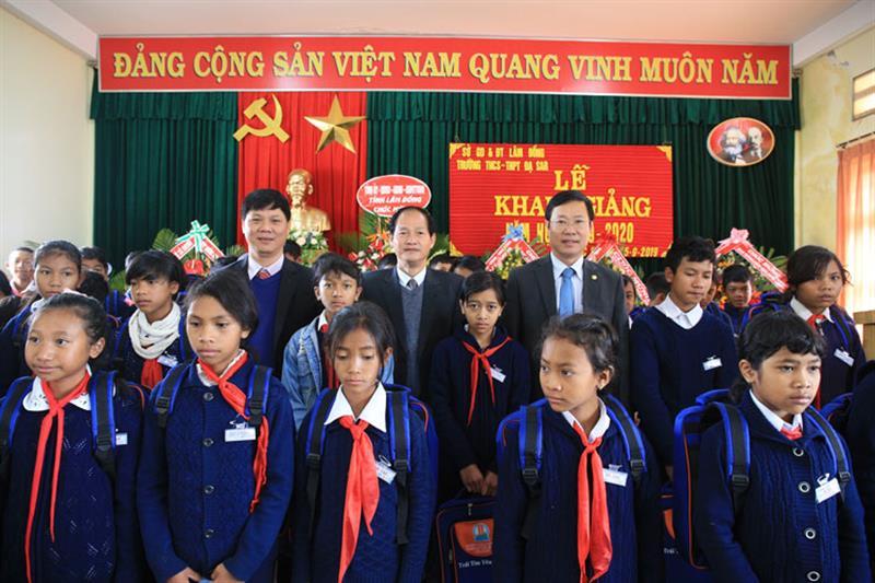 Đồng chí Nguyễn Trọng Ánh Đông cùng lãnh đạo huyện và đại diện Sở GD&ĐT tỉnh trao quà cho học sinh nhà trường. Ảnh: VÕ TRANG