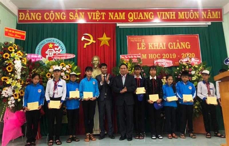 Phó Chủ tịch Thường trực HĐND tỉnh Lâm Đồng, đồng chí K' Mák tặng quà cho học sinh nghèo vượt khó tại Trường THCS. Ảnh: DUY DANH