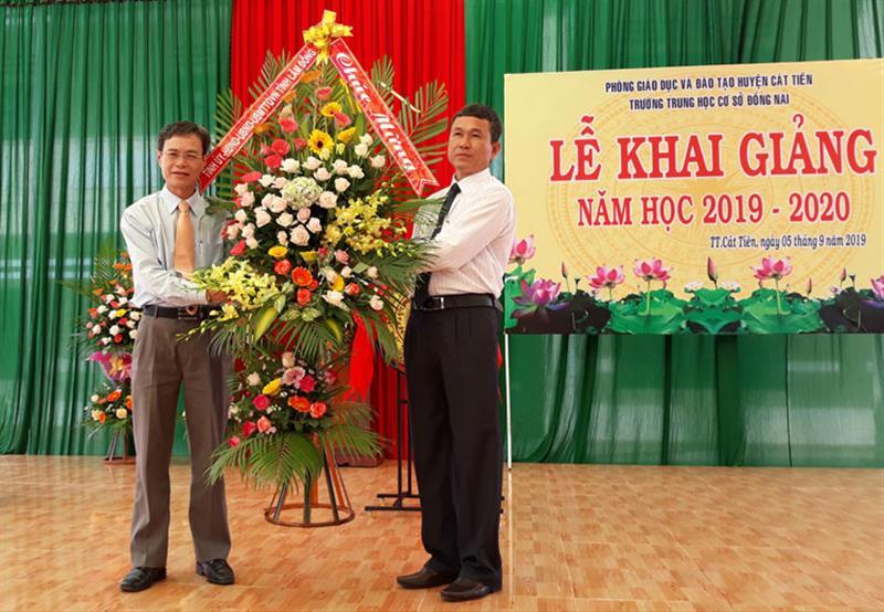 Trưởng Ban Tổ chức Tỉnh ủy Trần Duy Hùng tặng hoa chúc mừng Trường THCS Đồng Nai trong Lễ khai giảng. Ảnh: NGÂN HẬU