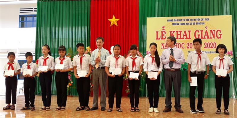 Trưởng Ban Tổ chức Tỉnh ủy Trần Duy Hùng và Bí thư Huyện ủy Cát Tiên Ngô Xuân Hiển trao tặng học bổng cho các em học sinh nghèo vượt khó. Ảnh: NGÂN HẬU