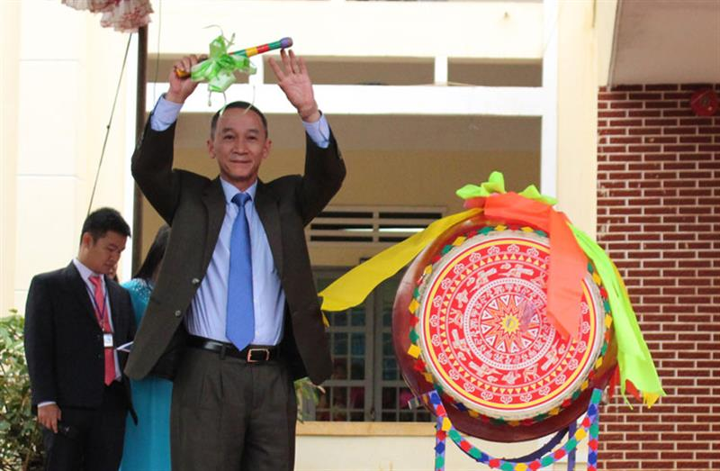 Đồng chí Trần Văn Hiệp - Ủy viên Ban Thường vụ, Trưởng Ban Tuyên Tỉnh ủy Lâm Đồng đánh trống khai giảng năm học mới. Ảnh: TRỊNH CHU