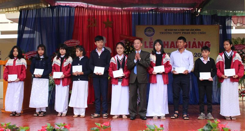 Trưởng Ban Tuyên giáo Tỉnh ủy Trần Văn Hiệp trao học bổng giúp học sinh nghèo. Ảnh: TRỊNH CHU