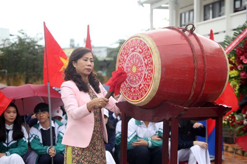 Đồng chí Nguyễn Thị Lệ đánh hồi trống khai trường tại Trường THPT Đơn Dương. Ảnh: VIỆT QUỲNH