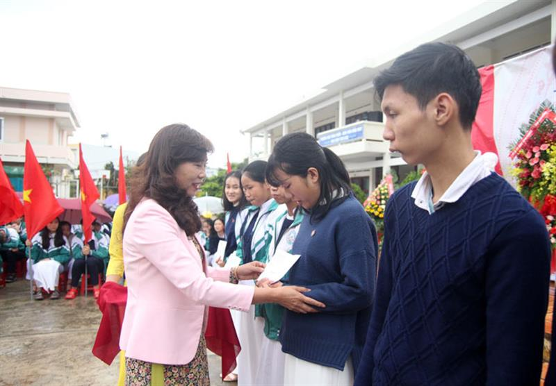 Đồng chí Nguyễn Thị Lệ trao học bổng cho học sinh nghèo vượt khó học giỏi tại lễ khai giảng. Ảnh: VIỆT QUỲNH