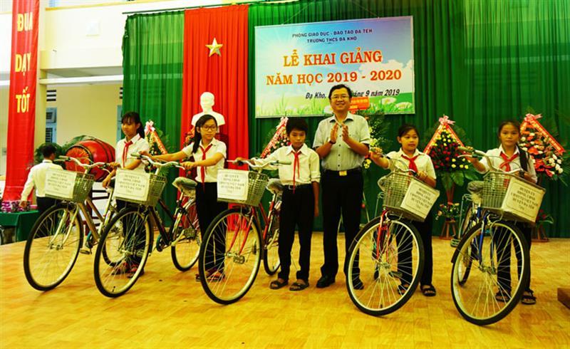 Đồng chí Tôn Thiện Đồng - Bí thư Huyện ủy Đạ Tẻh trao xe đạp cho học sinh nghèo Trường THCS xã Đạ Kho, huyện Đạ Tẻh. Ảnh: PHẠM CÔNG TÁM