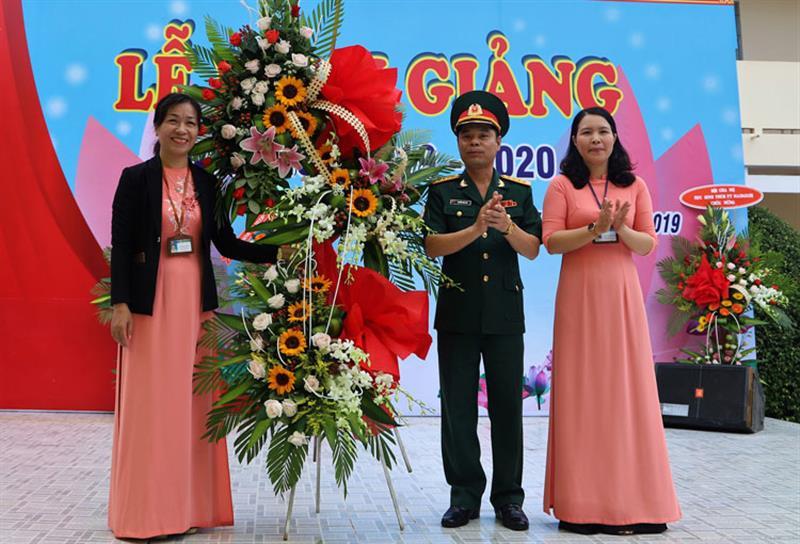 Đại tá Nguyễn Bình Sơn tặng hoa chúc mừng nhà trường. Ảnh: KHÁNH PHÚC