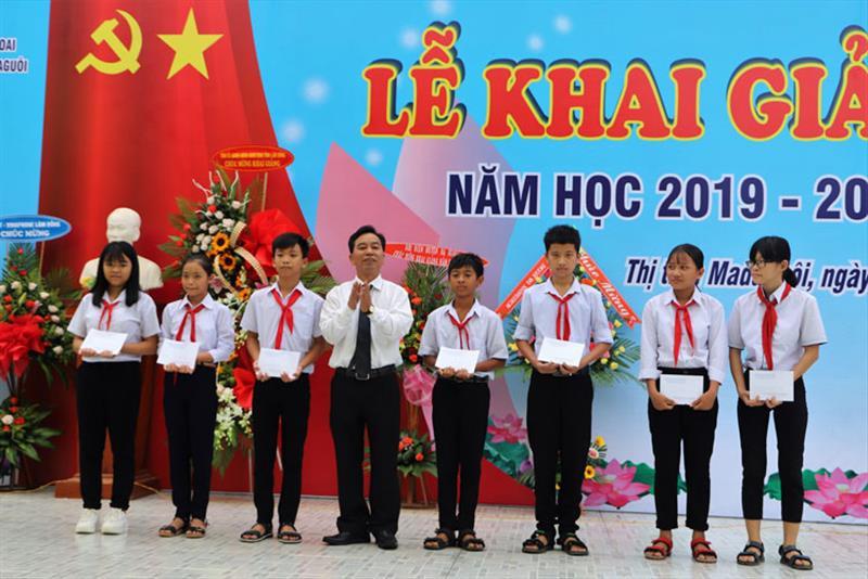 Đồng chí Nguyễn Quý Mỵ - Tỉnh ủy viên, Bí thư Huyện ủy Đạ Huoai tặng học bổng cho các em học sinh nghèo vượt khó. Ảnh: KHÁNH PHÚC