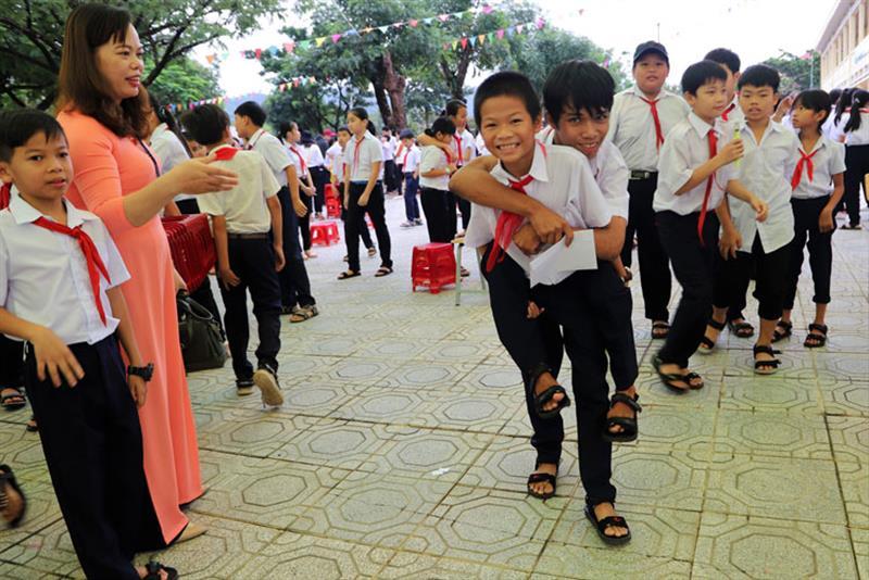Đôi bạn cùng tiến tại lớp 6A3, Trường THCS thị trấn Mađaguôi (trong ảnh - em Nguyễn Văn Đức cõng em K'Tuyệt bị khuyết tật đến dự ngày tựu trường năm học mới). Ảnh: KHÁNH PHÚC