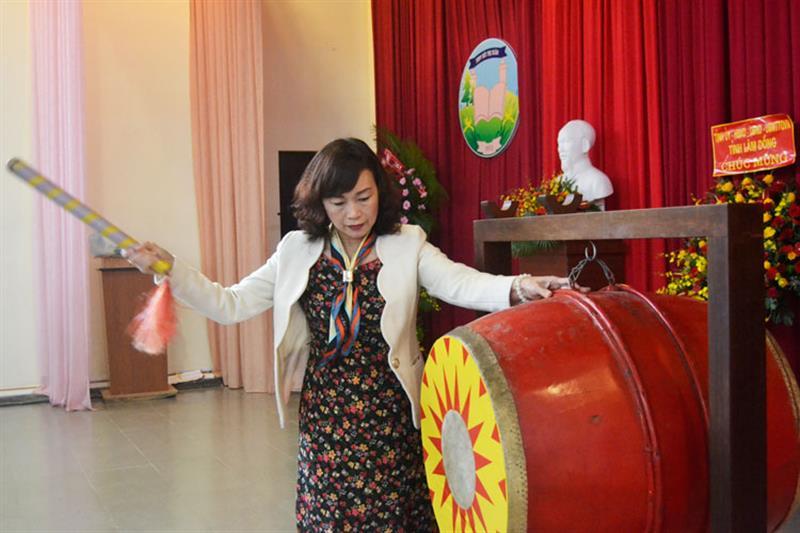 Đồng chí Huỳnh Thị Thanh Xuân đánh trống khai giảng năm học mới. Ảnh: DIỆP QUỲNH