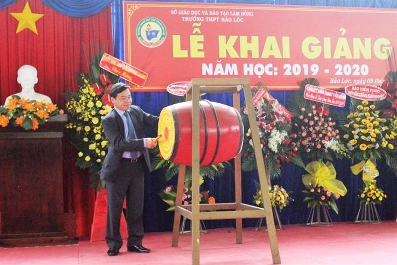 Đồng chí Nguyễn Văn Triệu đánh trống khai trường. Ảnh: KHÁNH PHÚC