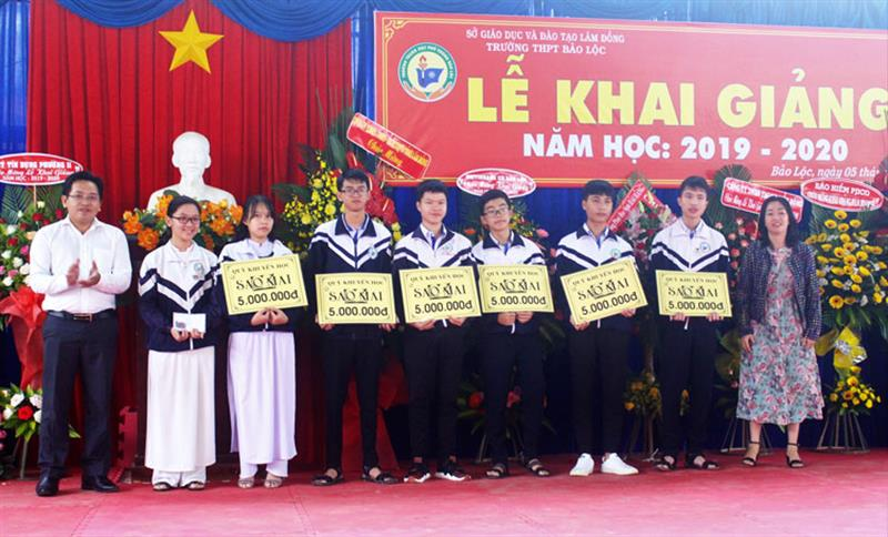Quỹ học bổng Sao Mai (TP Hồ Chí Minh) trao học bổng tiếp sức 5 triệu đồng/suất cho học sinh Trường THPT Bảo Lộc. Ảnh: KHÁNH PHÚC