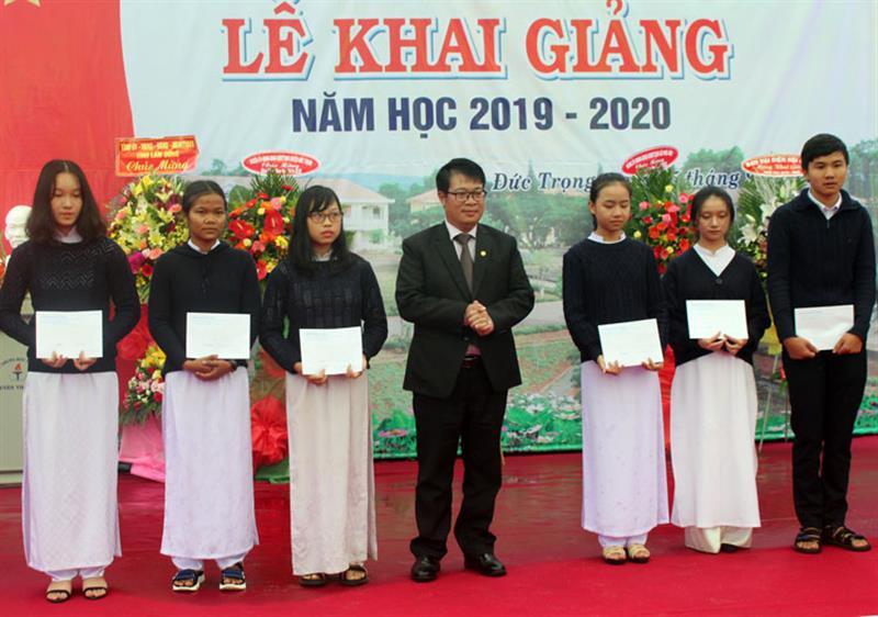 Đồng chí Nguyễn Ngọc Phúc trao học bổng cho các em học sinh nghèo vượt khó học giỏi. Ảnh: THY VŨ