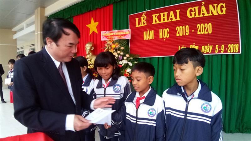 Đồng chí Phạm S - Phó Chủ tịch UBND tỉnh Lâm Đồng, trao tặng học bổng cho các em học sinh nghèo Trường THCS Liên Đầm. Ảnh: ANH KHOA