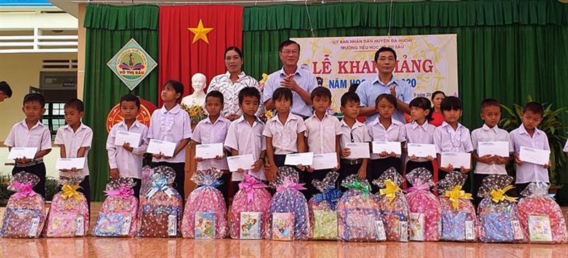 Công ty CP Thủy điện miền Nam trao quà cho các em học sinh nghèo vượt khó xã Phước Lộc nhân ngày khai giảng năm học mới. Ảnh: HẢI ĐƯỜNG