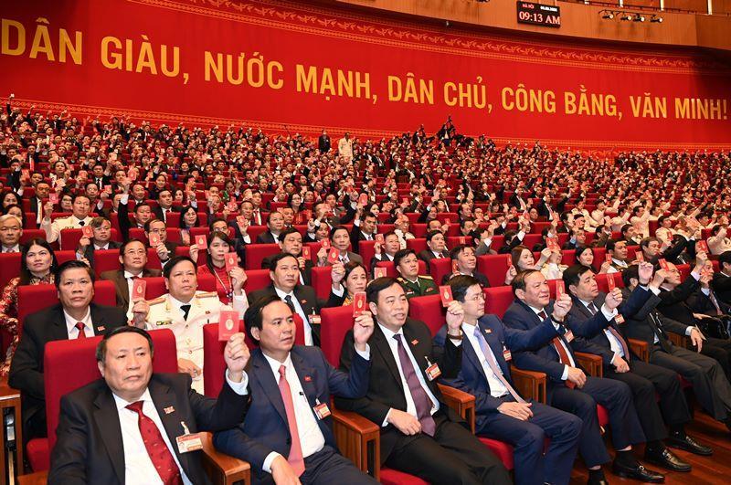Các đại biểu biểu quyết, thông qua Nghị quyết Đại hội XIII Đảng Cộng sản Việt Nam. (Ảnh: Duy Linh)